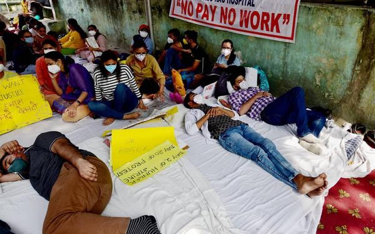 दिल्ली: लंबित वेतन को लेकर सामूहिक छुट्टी पर गए वरिष्ठ डॉक्टर, अनिश्चितकालीन हड़ताल की चेतावनी