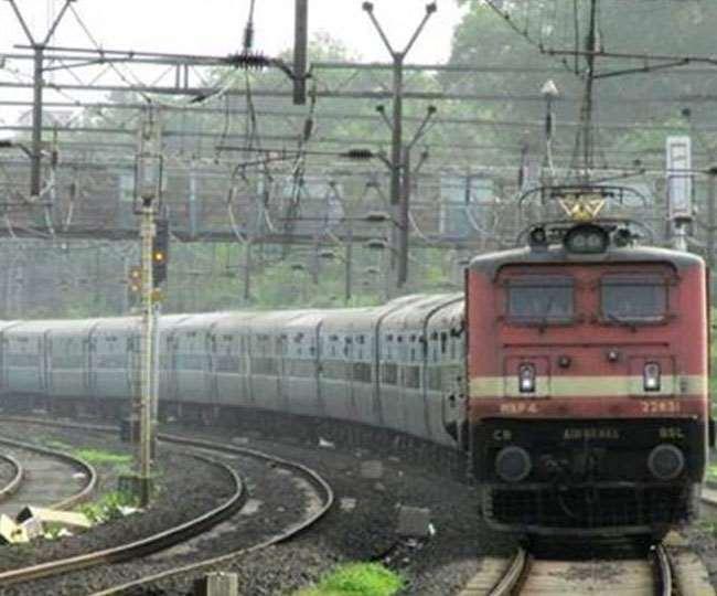 Indian Railway News: मौसम की मार से कई ट्रेनें चल रहीं लेट, यहां देखें पूरी सूची