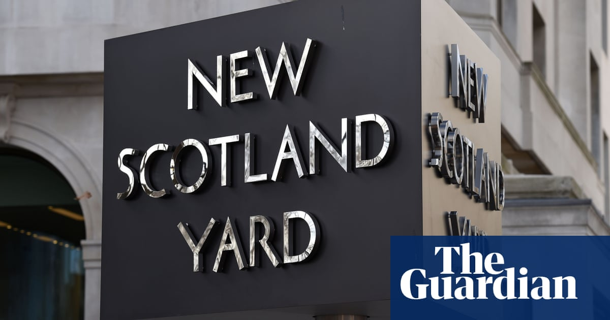 Met refers itself to watchdog over scuffle outside London school