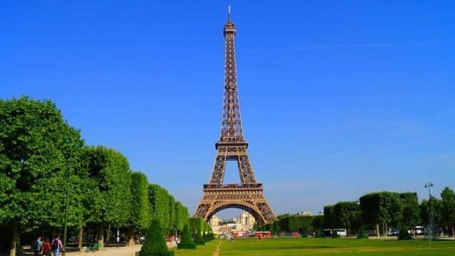 इमैनुएल मैक्रों के बयान से नाराज फ्रांस की पुलिस, एफिल टावर के पास इस तरह जताया विरोध