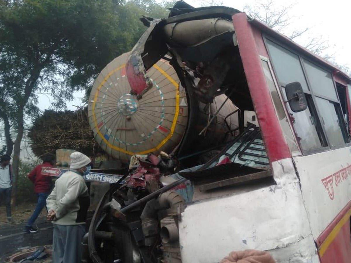 संभल में घने कोहरे के कारण कंटेनर से टकराई रोडवेज बस, दर्जन भर यात्रियों की मौत की आशंका, 25 घायल