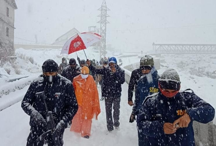 भारी बर्फबारी की वजह से केदारनाथ में फंसे सीएम योगी और मुख्यमंत्री त्रिवेंद्र सिंह रावत